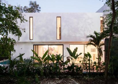 Fachada de casa sencilla de dos pisos