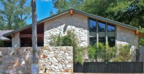 diseo de casa rural pequea fachada en piedra e interiores que lucen espaciosos gracias a los materiales de construccin