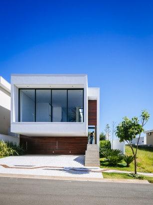 Moderna fachada de casa de dos plantas