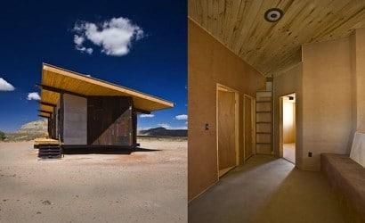 Pequeña casa de madera con techo inclinado