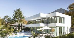 Casa de dos plantas con piscina