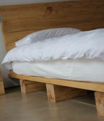 Diseño de cama con troncos de madera