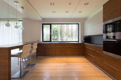 Diseño de cocina amplia y moderna