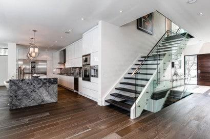 Diseño de modernas escaleras con pasamanos de vidrio