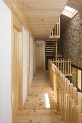 Diseño de pasadizo y pasamano de madera