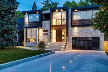 Fachada de casa de dos pisos de piedra y madera
