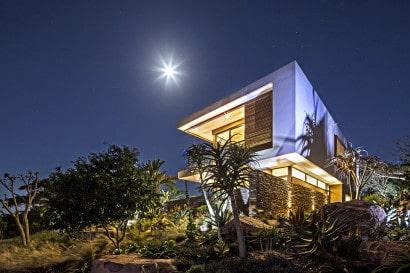 Fachada de casa de dos plantas por la noche