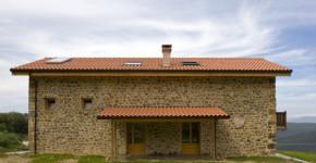 diseo de casa rstica de piedra con una interesante propuesta de interiores con madera