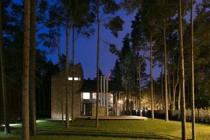 Fachada lateral de casa de campo moderna