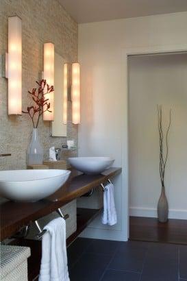 Lavatorios blancos de cuarto de baño