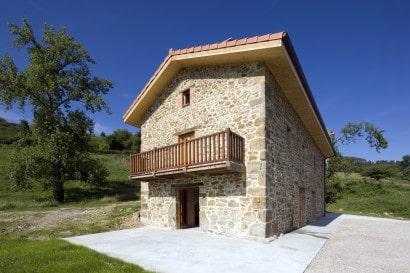 Pequeña casa de piedra rústica