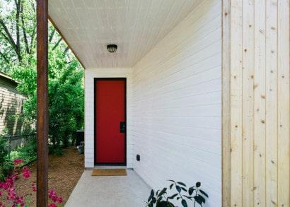 Puerta lateral de color rojo