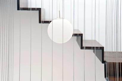 Vista de escaleras modernas de madera