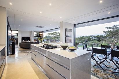 Vista de la cocina comedor de casa mdoerna