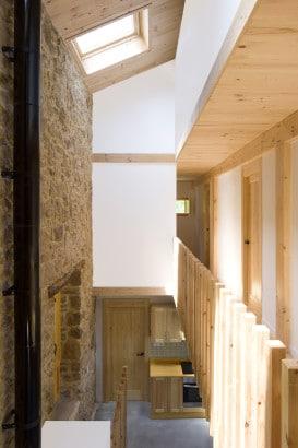 Vista de techo a doble altura con pared de piedra