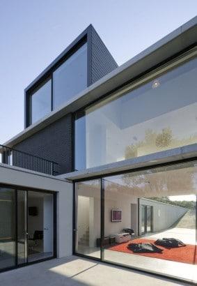 Casa con grandes ventanas