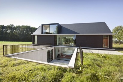 Diseño de casa moderna con sótano y techo a dos aguas