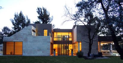 Fachada lateral de moderna casa de hormigón 2
