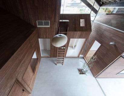 Patio interior de casa de madera moderna