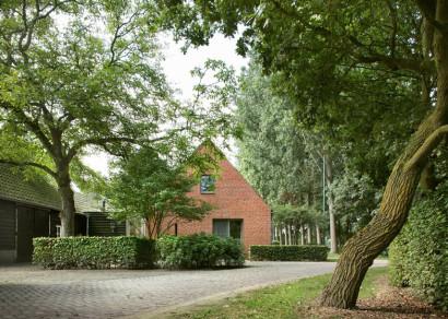 Pequeña casa de campo con techo a dos aguas