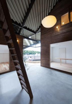 Vista de escalera interior de madera