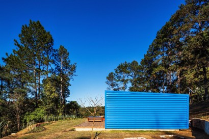 Vista de perfil de casa pequeña de campo