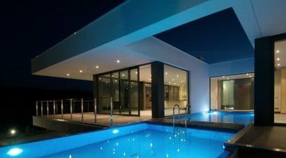 Casa con piscina iluminada
