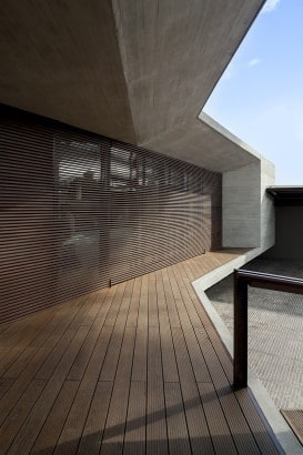 Detalle de persianas de madera horizontales en fachada
