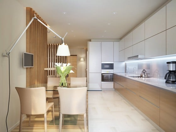 Diseño de cocina con muebles blancos y madera