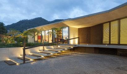 Diseño de ingreso principal de fachada de casa de un piso