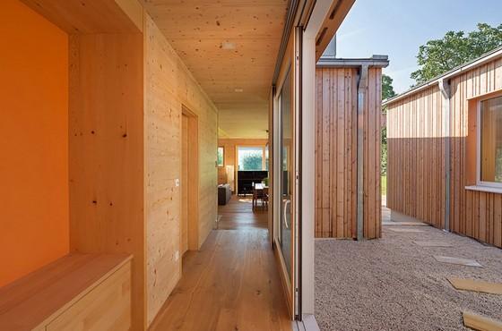 Diseño de interiores de madera de casa de una planta