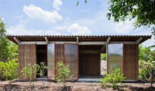 Fachada de casa con revestimiento de planta de palmeras
