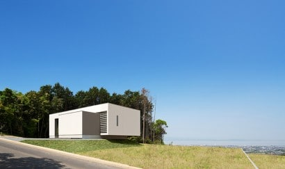 Fachada de moderna casa de un piso frente al mar