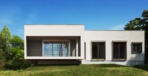 Fachada fronal de moderna casa de una planta