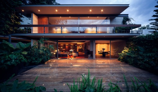 Fachada principal de casa moderna