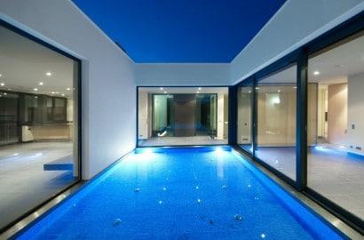Vista de piscina espejo de agua de casa moderna