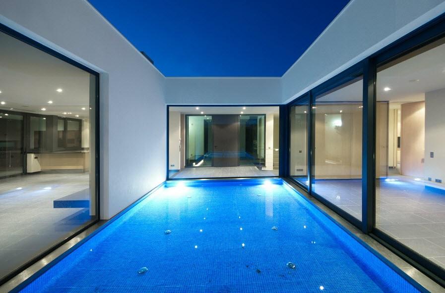 Vista de piscina espejo de agua de casa moderna for Casa moderna piscina
