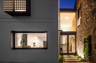 Casa remodelada por la noche
