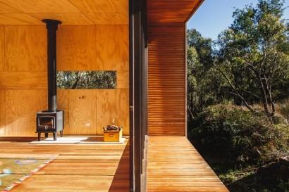 Diseño de chimenea de pequeña casa rural