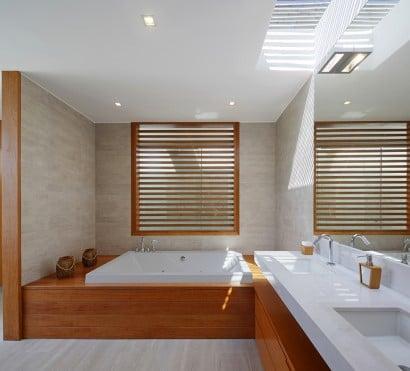 Diseño de cuarto de baño con muebles de madera