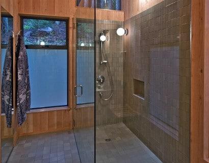 Diseño de cuarto de baño de vivienda construida en el campo