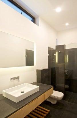 Diseño de cuarto de baño gris y blanco
