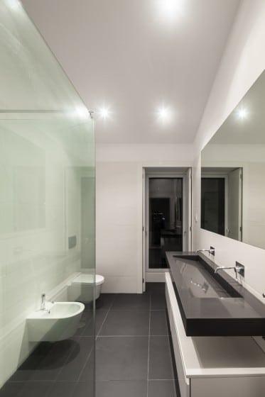 Diseño de cuarto de baño moderno en blanco y  negro