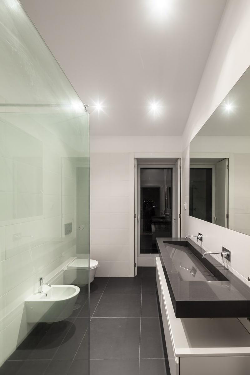 Baño Blanco Piso Gris:Cuartos de bao blanco y gris : Diseño de cuarto de baño moderno