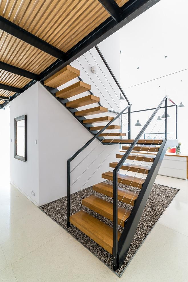 Dise o de casa de campo de piedra y madera construye hogar for Escaleras interiores de hierro