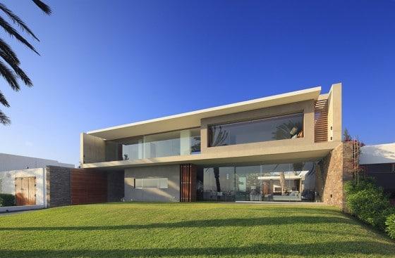Diseño de fachada moderna de casa de dos pisos