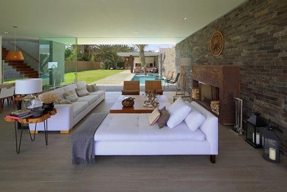 Diseño de moderna sala con chimenea