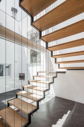 Diseño de modernas escaleras con peladaños de madera y marcos de acero