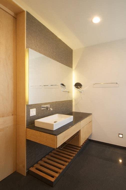 Baño Gris Con Madera:Cuarto de baño moderno con mueble de madera en tono natural