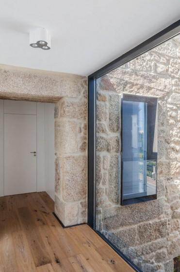 Diseño de pared de piedra y ventana de vidrio